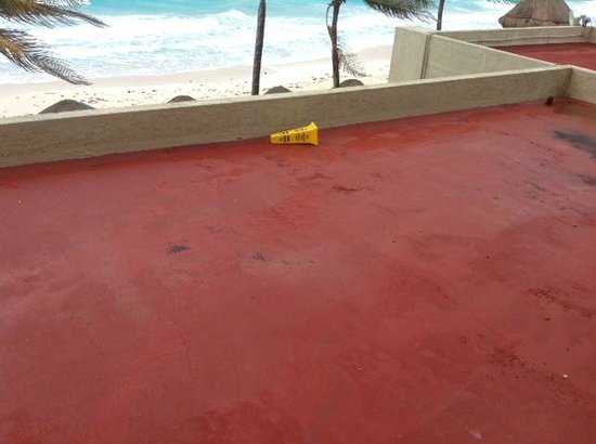 Club Regina Cancun: ocean front view obstructed by dirty restaurant roof with cone that stayed put all week