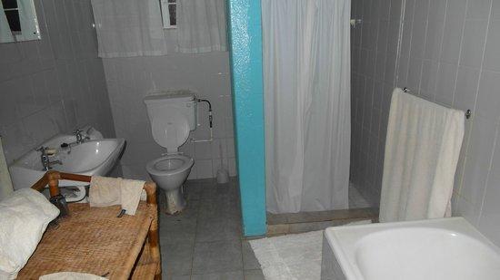 Kiboko Town Hotel : Toilet / shower in the cheaper room (basement).