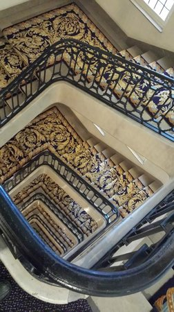 Hotel Le Plaza: Beautiful Staircase