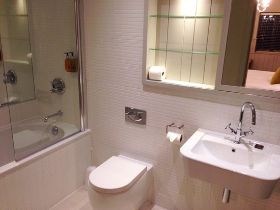 The Lawrance York : En suite bathroom