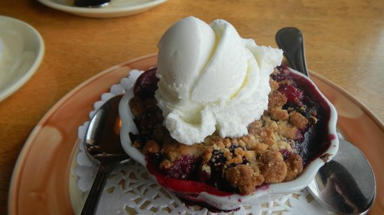 Fiddle River Restaurant: Dessert - berry crumble with a scoop of vanilla ice cream