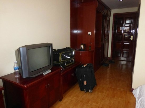 Stung Sangka Hotel : Room 230 tv and entrace
