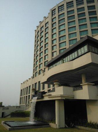 WelcomHotel Dwarka: Вид на отель снаружи