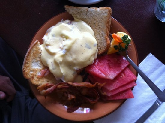 Vallarta Bar and Grill: Eggs Benny with bacon and ham- very tasty!