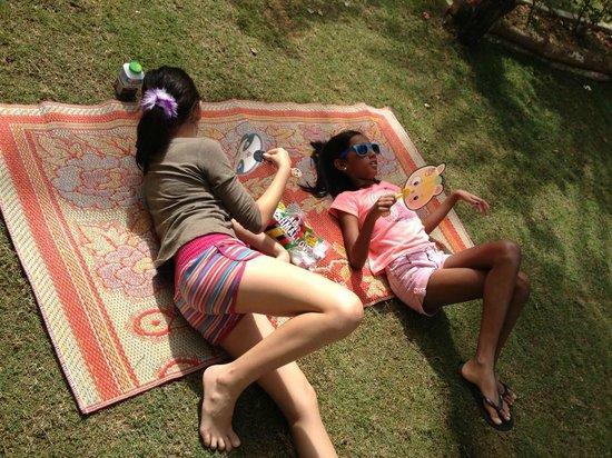Arundina Cameron Highlands : borrowed strawmats to lounge in the garden on sunny days