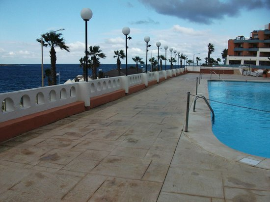 Dolmen Hotel Malta : View from one of the 5 pools