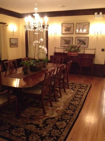Lang House Bed and Breakfast: Large dining room with table seating for 12