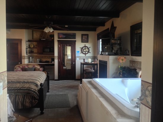 Baywood Shores Bed & Breakfast: The Captains Quarters is beautiful!