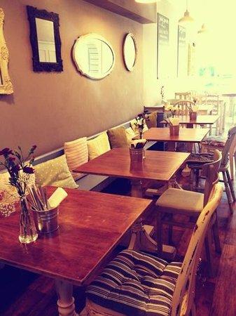 Peckish Cafe: Decor
