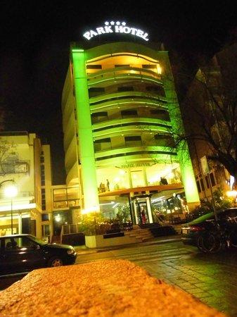 Park Hotel Cattolica: Facciata dell'Hotel in notturna