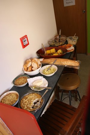 Flying Kiwi Backpackers Hostel: food made from the kitchen