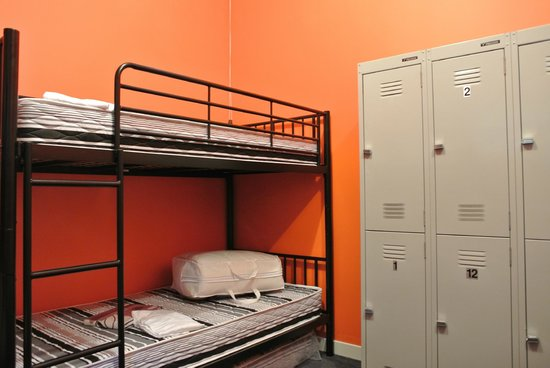 Flying Kiwi Backpackers Hostel: delux 6 bed dorm with lockers