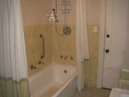 Lang House Bed and Breakfast: Deluxe Queen rm#2 bath with tub