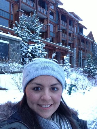 Nita Lake Lodge: Outside the hotel