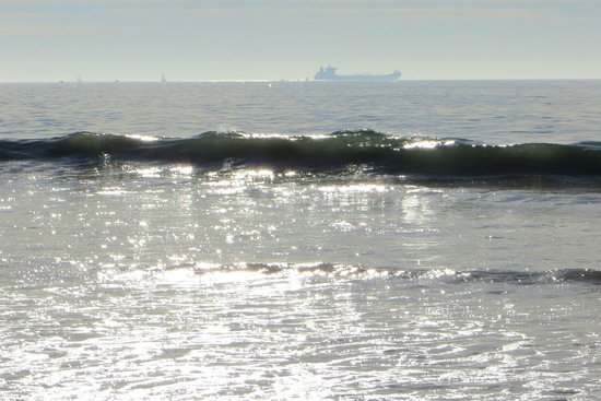 Dockweiler State Beach : the surf rolling in