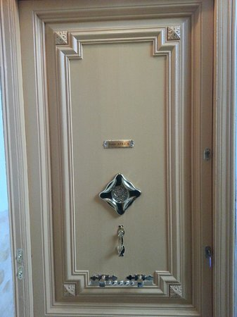 El Petit Palauet: Door of the room