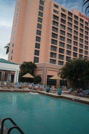 Boca Raton Marriott at Boca Center: Blick auf Pool und Gebäude