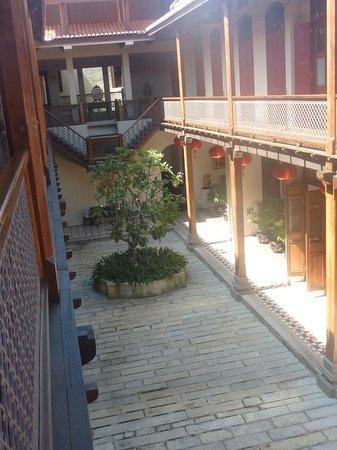 Seven Terraces: Hotel courtyard
