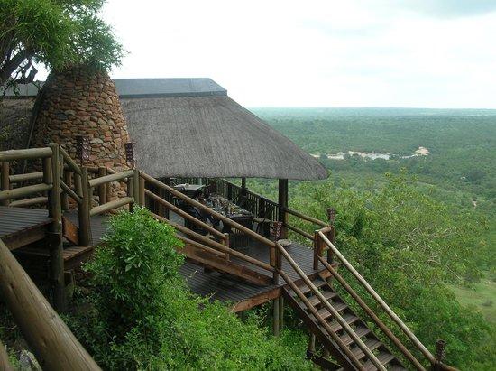 Ulusaba Rock Lodge: The terrace with wonderful views.