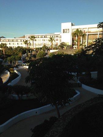 Hesperia Lanzarote : The hotel facing the pool/bar and beach