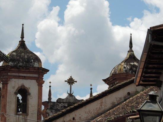 Pousada do Ouvidor: Vista da Igreja na Praça Antônio Dias (em frente ao hotel)