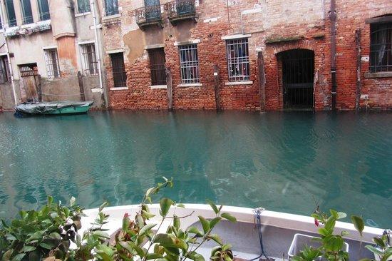 Alla Vite Dorata : Vista desde la habitación n. 2 doble con vista al canal día del acqua alta