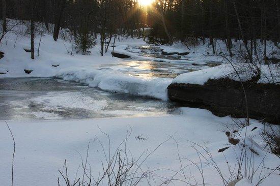 The Woodstock Inn on the Millstream : Ice beautifully glistens on the milllstream