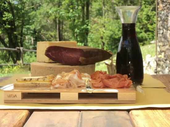 Agriturismo Rossolampone : Tagliere di salumi e formaggi tipici