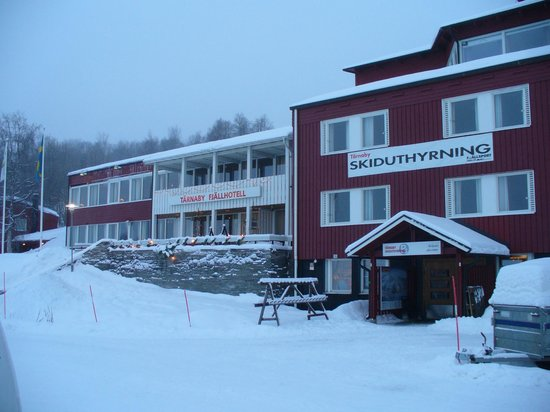 Tarnaby Fjallhotell: Hotel front entrance and ski shop