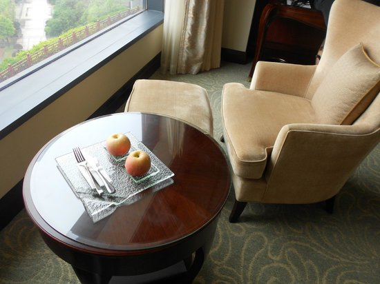 Shangri-La Hotel Guilin: They brought us fresh fruits every day