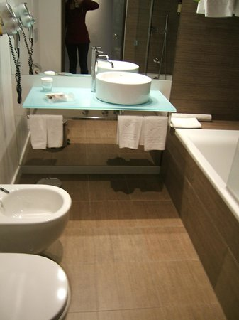 Neya Lisboa Hotel : Nice, spacious bathroom. The sink was kind of small and water got splashed all over.