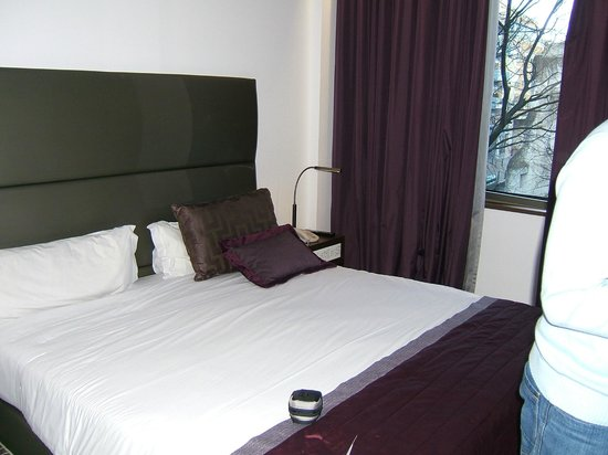 Neya Lisboa Hotel : Huge double bed, with really good curtains.