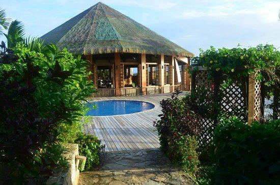 Media Luna Resort & Spa: Deck de la piscine avec accès au restaurant
