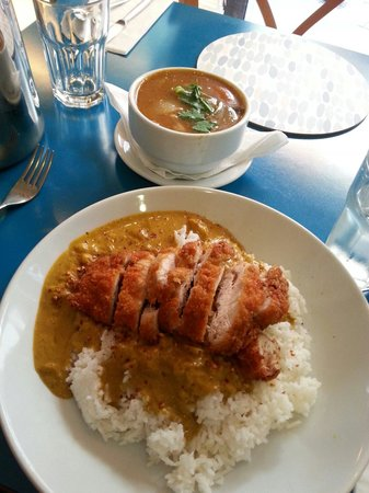 Banna Thai: Boiled rice with crispy chicken and curry sauce