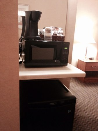 Country Inn & Suites By Carlson Fergus Falls : Microwave, fridge and coffee maker
