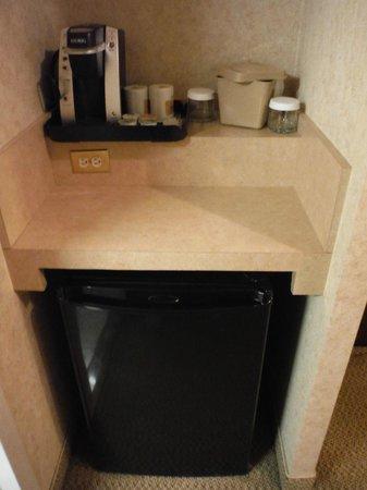 Holiday Inn Hotel & Suites Downtown: Good beer fridge and Keurig Coffee Machine