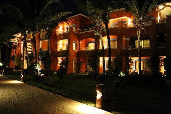 Barcelo Maya Colonial: Bâtiment en soirée