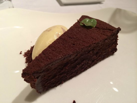 Gotham Bar & Grill: Gotham chocolate cake with salted almond ice cream