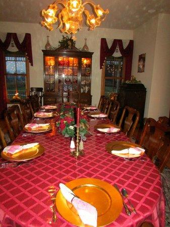 Hurst House Bed & Breakfast: Table for breakfast