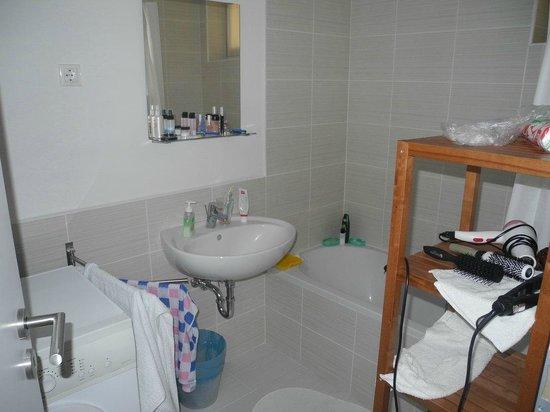 Corvin Plaza Apartments & Suites: Ванная комната