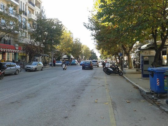 Marianna Hotel: The main street in front of the hotel.