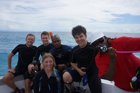 Huracan Diving: The whole team before the last dive of the week
