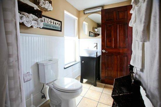 Balcony Guest House: Honeymoon Suite Bathroom