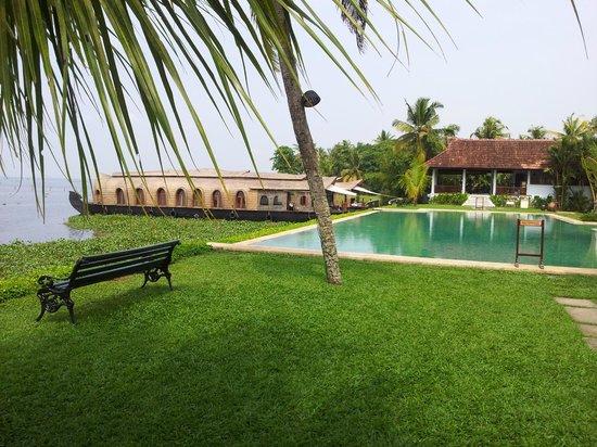 Kumarakom Lake Resort: Pool area and the beautiful houseboats