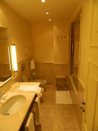 Starhotels Tuscany: Banheiro do Apartamento