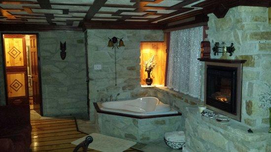 Chaumiere des Tourelles - Gite & Chalet: Baignoire dans la chambre