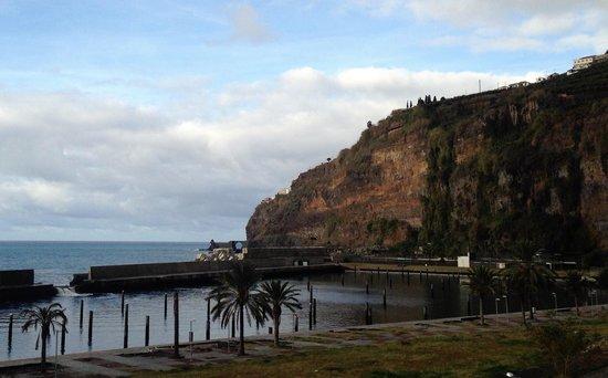 Estalagem Ponta do Sol: Hotel an der Klippe (Sicht von Funchal kommend)