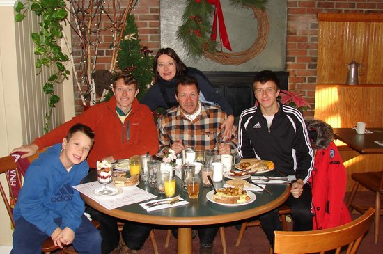 Colonial Cafe at the Golden Eagle Resort : Breakfast in front of the fireplace