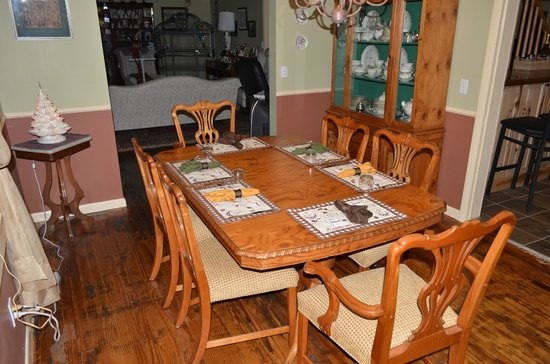Banner Haven B&B and Cabin Rentals: Dinning Room Table