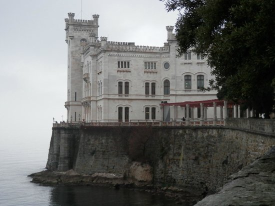 Castello di Miramare - Museo Storico : Il castello visto dal parco
